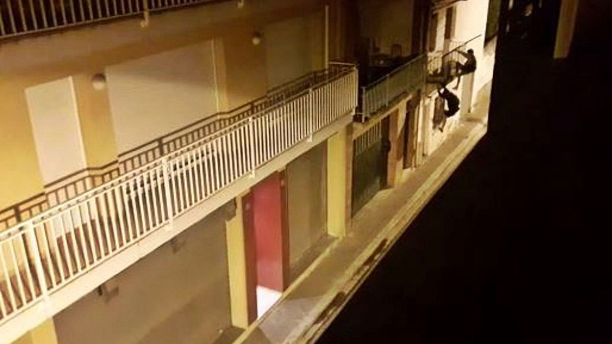 Dos lladres escalant per l'exterior d'una façana d'un edifici de Santa Eugènia a Girona, foto d'arxiu. | DDG