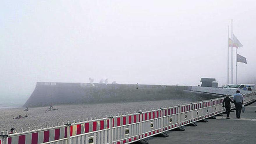 La niebla sorprende a los bañistas de las playas de Riazor y Orzán
