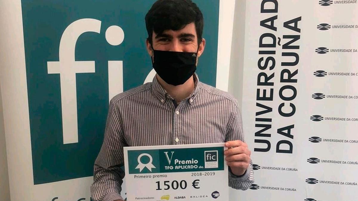 Jacobo Fiaño posa con el diploma acreditativo