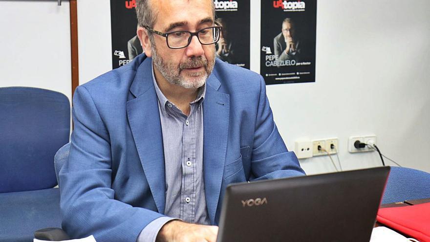 Cabezuelo contesta a las preguntas del chat de INFORMACIÓN desde su despacho. | INFORMACIÓN
