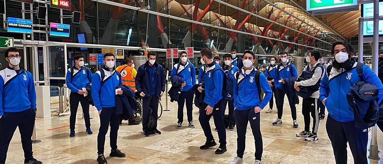 La plantilla del Bueu Atlético, ayer en Barajas a donde llegaron a las 6.00 horas. |  // B.A.