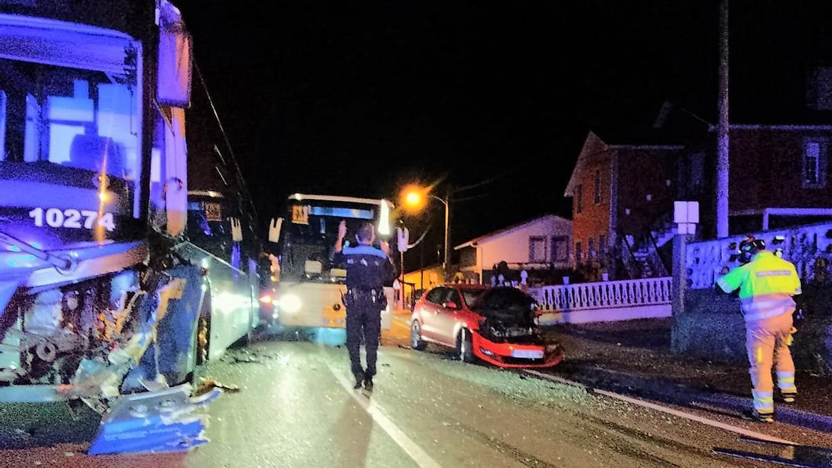 Accidente en Arillo entre un autobús y un turismo.