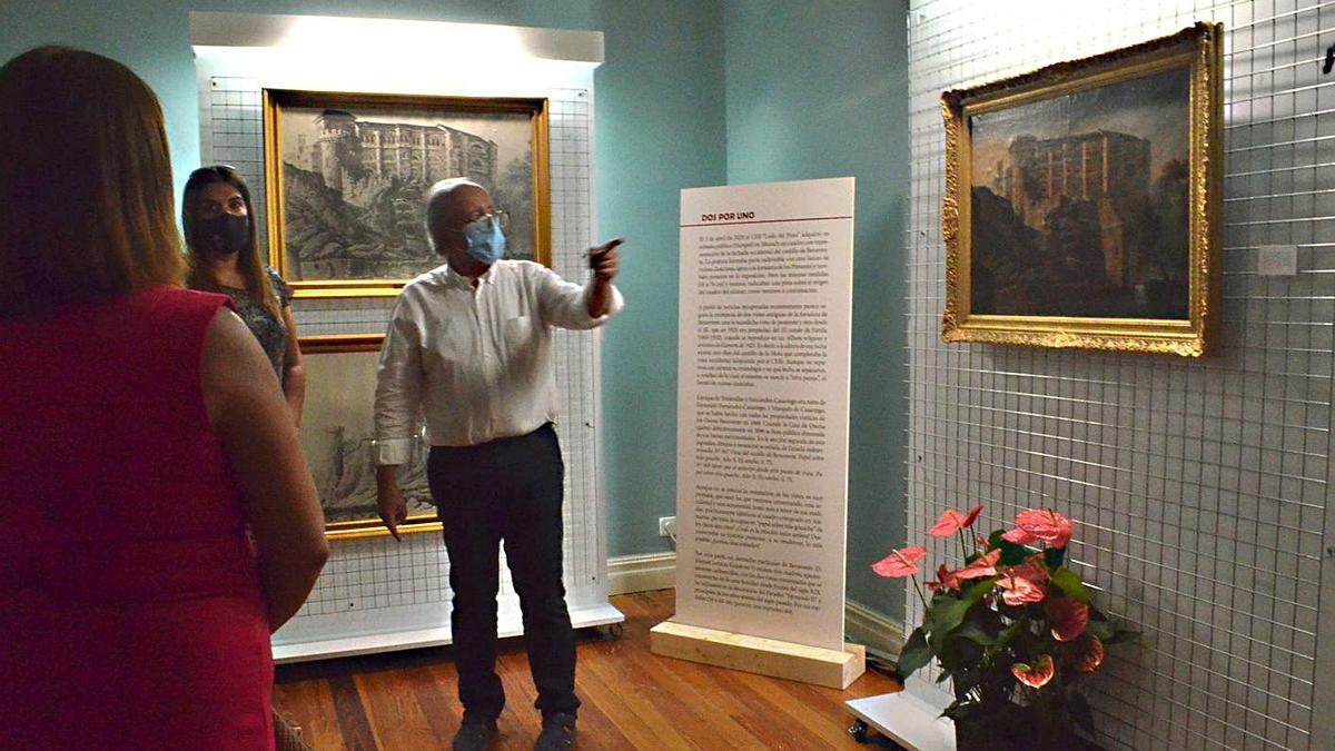 El presidente de Ledo del Pozo, Fernando Regueras, explica la muestra a los visitantes. | E. P.