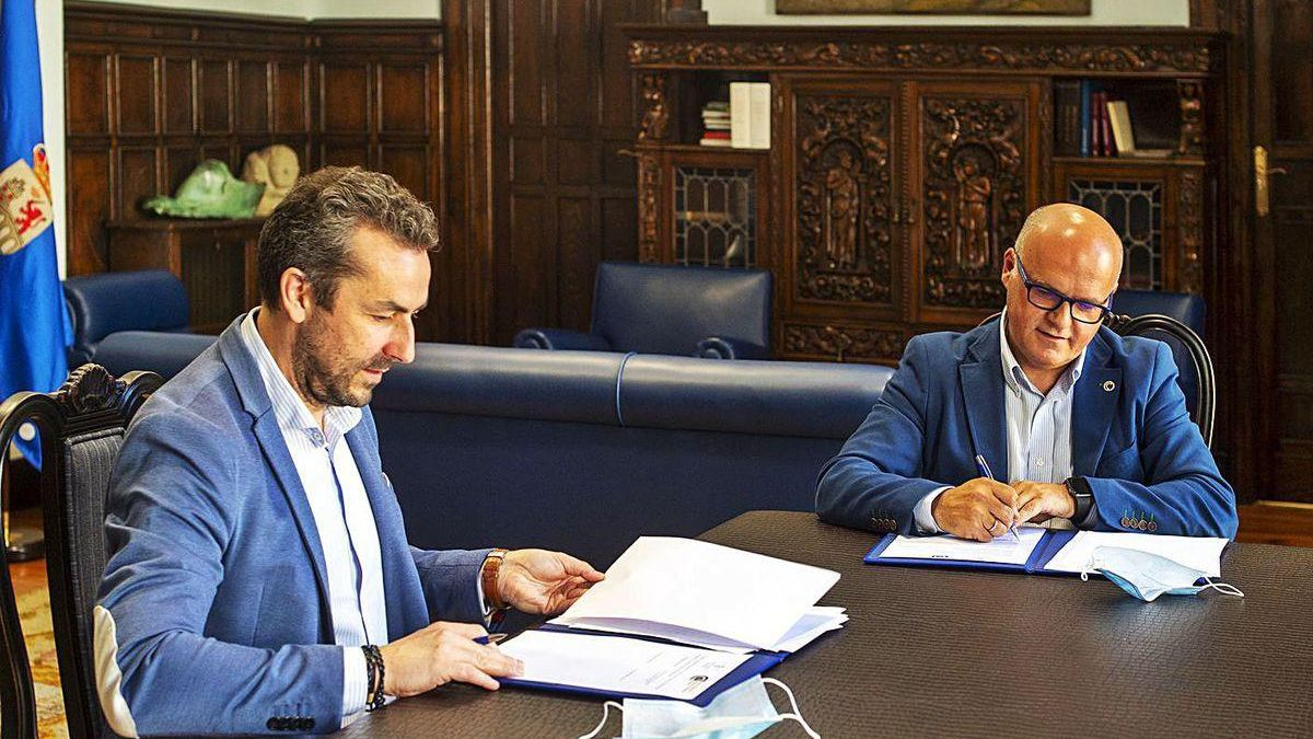 Fernando Suárez y Manuel Baltar firman el convenio en la Diputación.
