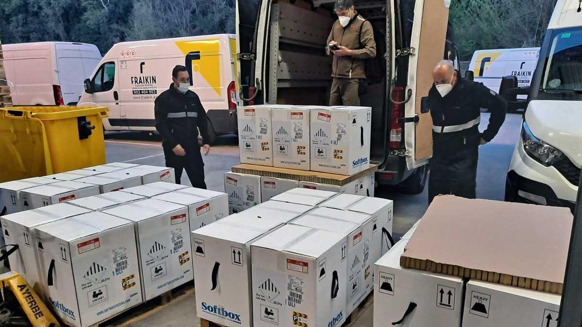Varios operarios descargan una remesa de vacunas contra la covid-19 en Barcelona.
