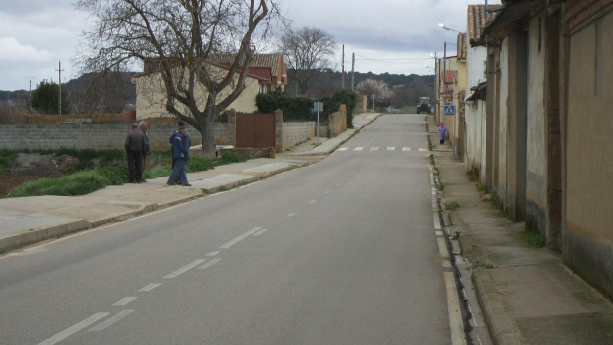 Vecinos pasean por la travesía de la carretera de Peleagonzalo