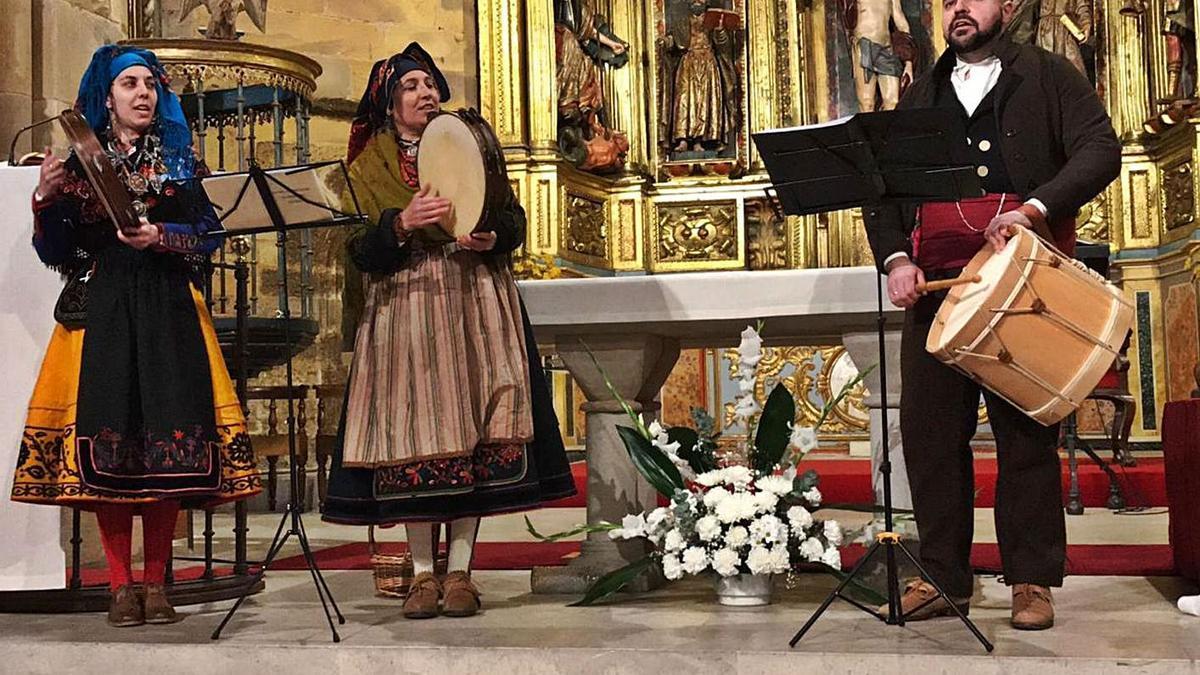 Algunos miembros de la asociación Son de Los Valles durante el último Concierto de Villancicos Tradicionales. | |  CEDIDA
