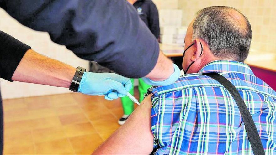 Sanidad retoma  hoy la vacunación a docentes, policías y bomberos en las Islas