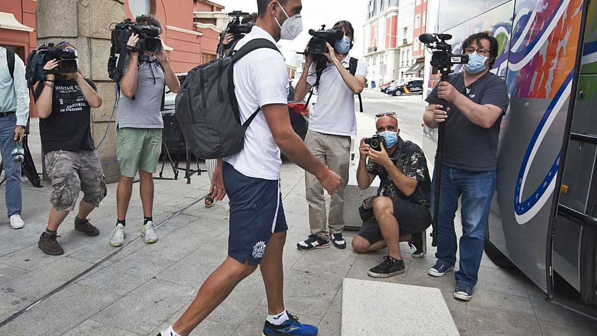 Un jugador del Fuenlabrada, en el momento de abandonar la ciudad tras su confinamiento. |  // CASTELEIRO