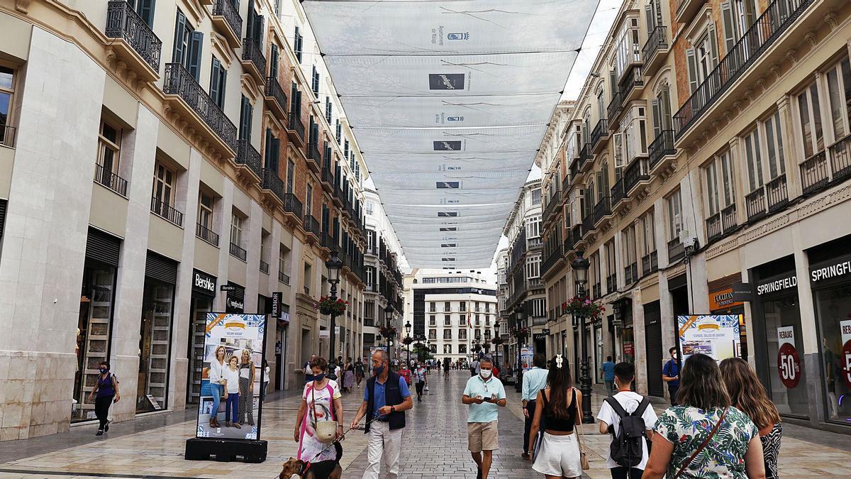 Viandantes por la calle Larios de la capital malagueña.