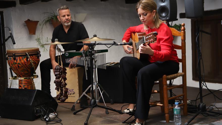 Laura González llena de acordes la Posada del Potro