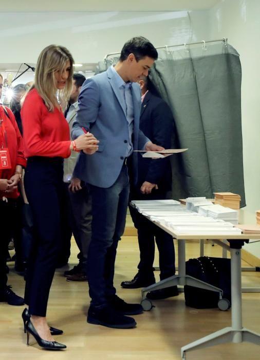 El presidente del Gobierno, Pedro Sánchez y su mujer Begoña Gómez, durante el momento de votar.