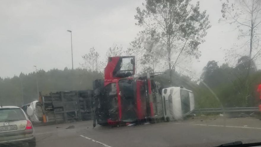El vuelco de un camión corta ocho horas la Autovía del Cantábrico a la altura de Balmori (Llanes)