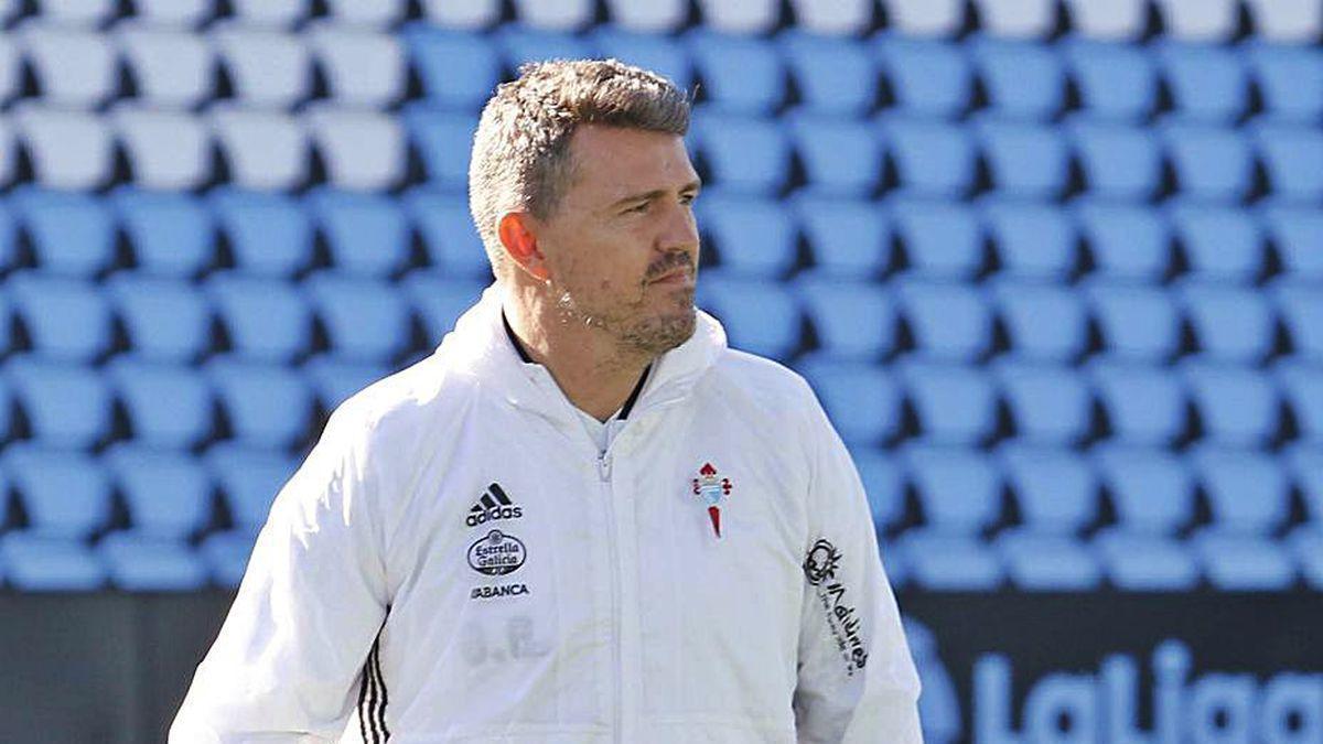 El entrenador del Celta, durante un entrenamiento en Balaídos.