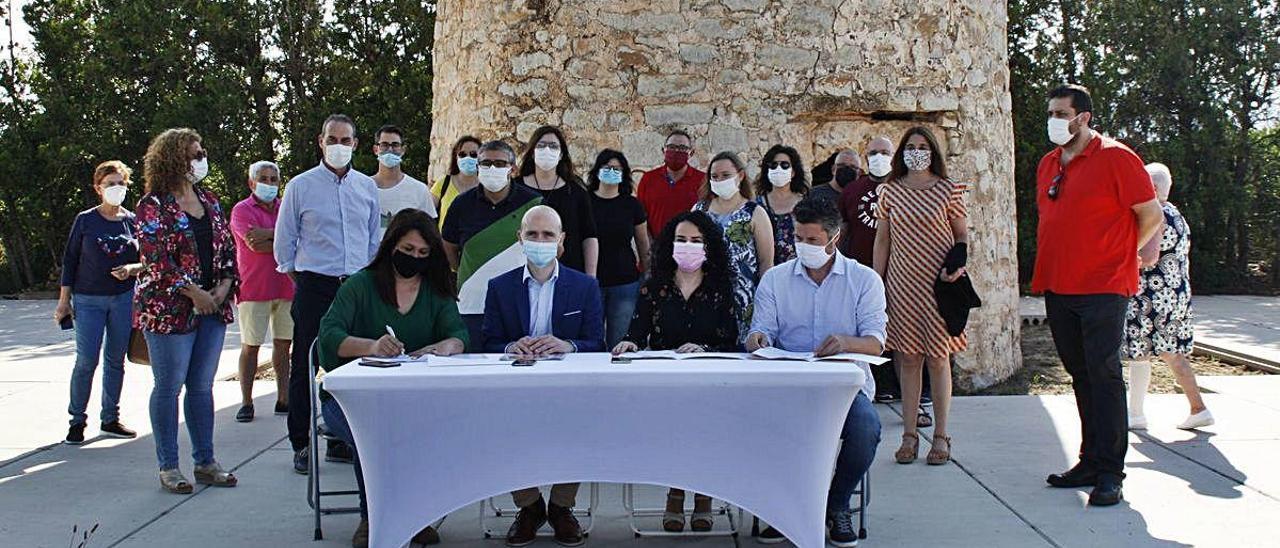 Los representantes de los dos partidos, ayer durante la firma del acuerdo en el paraje de la Torre de Guaita.