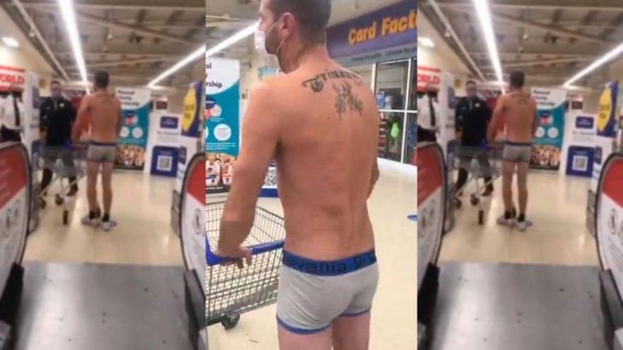 Un hombre acude en calzoncillos a un supermercado para protestar contra las restricciones