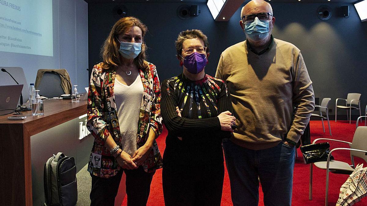 Por la izquierda, Virginia Gil, Laura Freixas y Javier Gámez, ayer en el Club Prensa Asturiana. | Nazaret Quintas