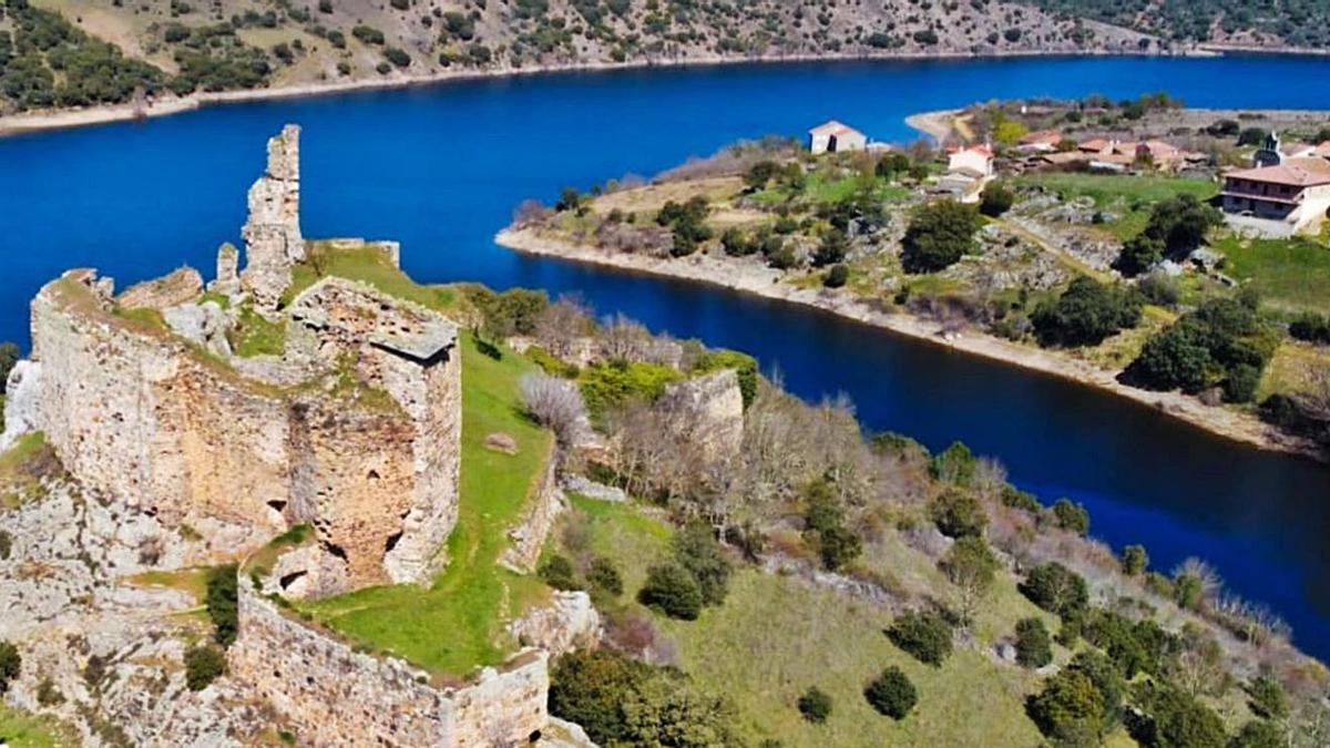 Arriba, panorámica del Castillo de Alba, junto a la localidad que comparte el mismo nombre. A la derecha, vista áerea de Muga de Alba, también perteneciente a Losacino.   Ch. S.