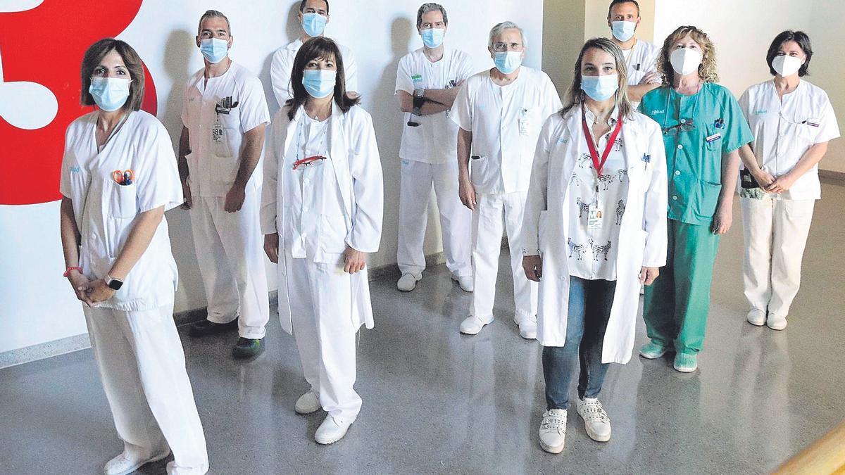 El equipo de Microbiología del hospital Miguel Servet, en Zaragoza, posa esta semana para EL PERIÓDICO