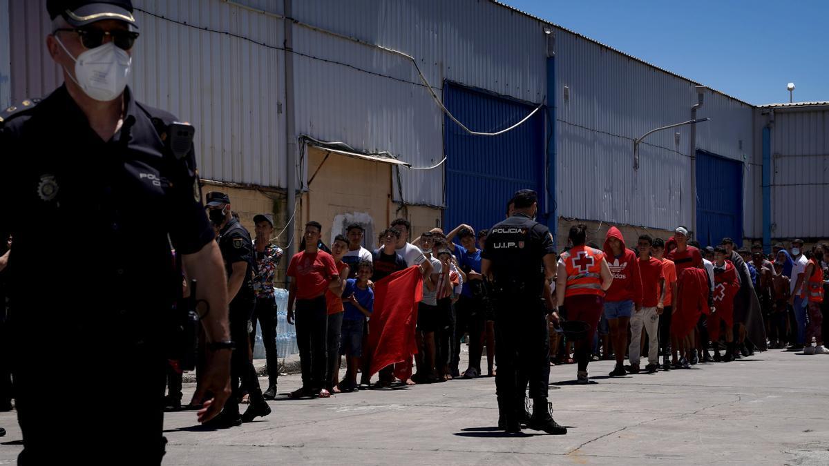Fila de migrantes menores atendidos por Cruz Roja.