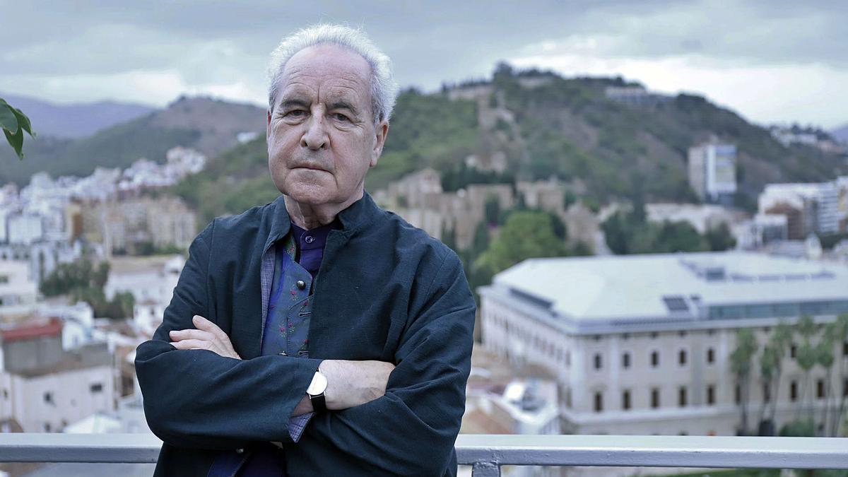 El escritor John Banville posando en la terraza del hotel AC Málaga Palacio.   ÁLEX ZEA