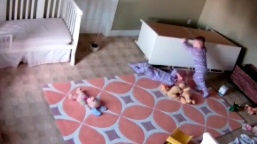 Un niño logra mover un mueble para salvar a su hermano gemelo