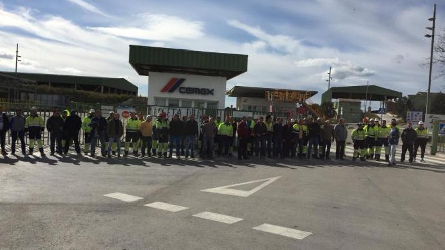 Mitarbeiter blockieren Zufahrt zu Zementwerk in Lloseta