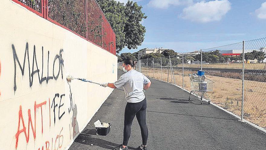 Palmario   Limpieza de grafitis en los centros de educación de Palma