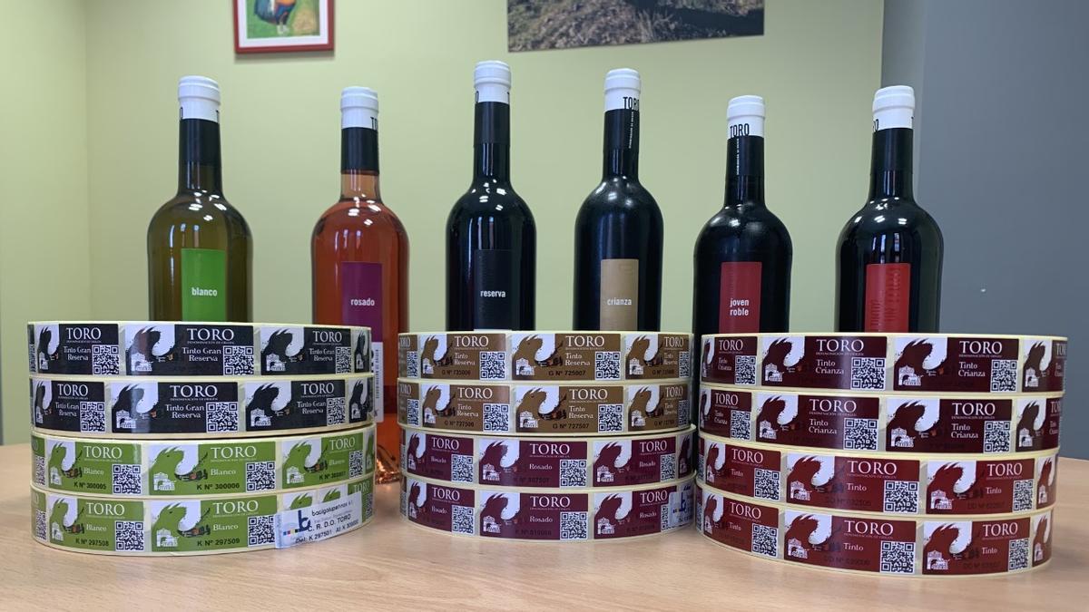 Botellas de vino con las contraetiquetas del sello de calidad de la DO Toro