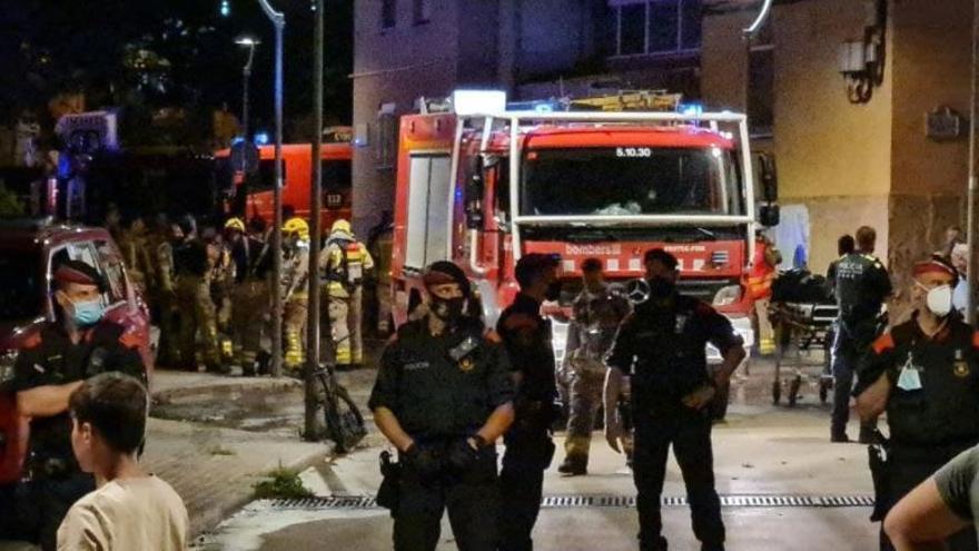 Fallece una mujer y 18 personas resultan heridas en un incendio de un piso en Barcelona