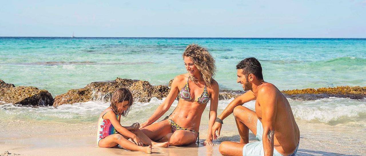 Una familia en una playa de Formentera
