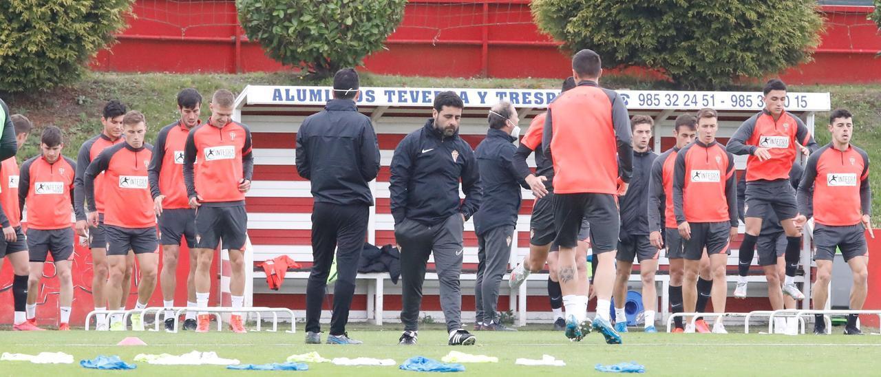 Gallego, en el centro, durante un entrenamiento del Sporting