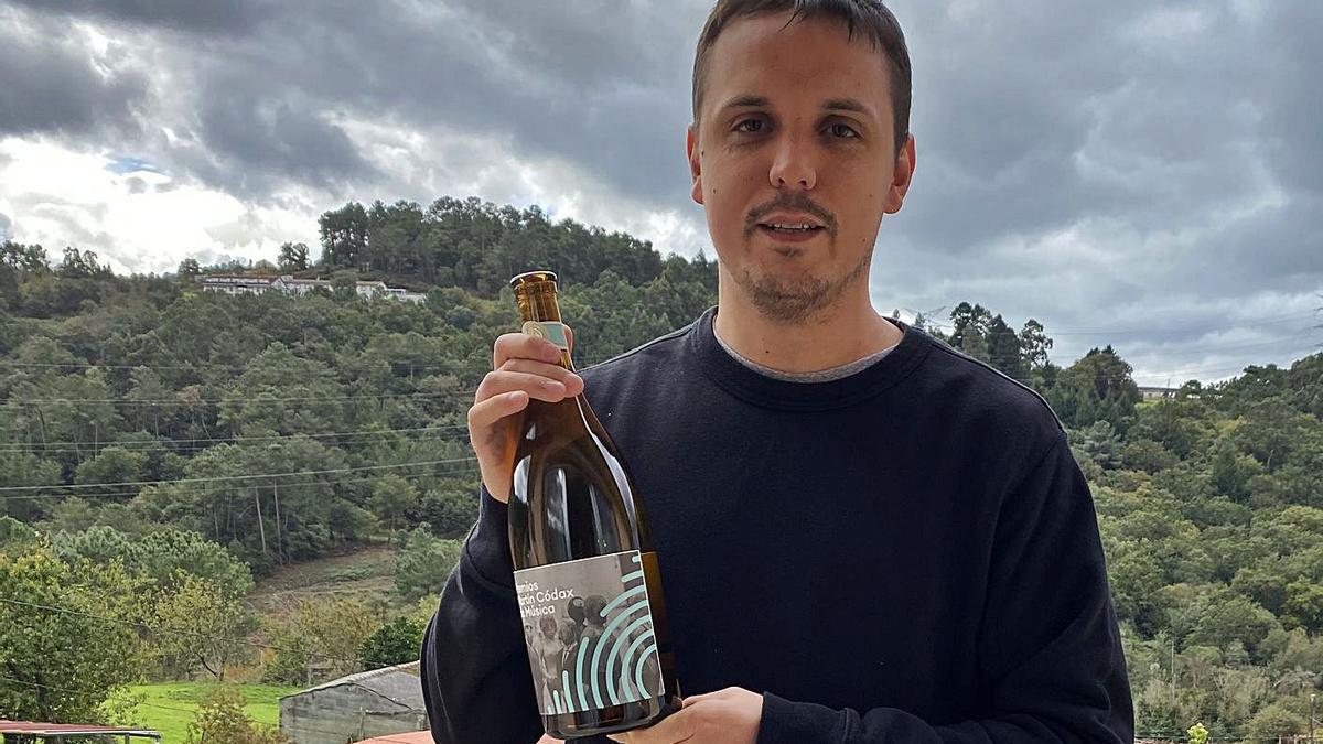 Pablo Fernández Guzmán, presidente de la Artística de Merza, ayer, con la botella ganada en Pontevedra.