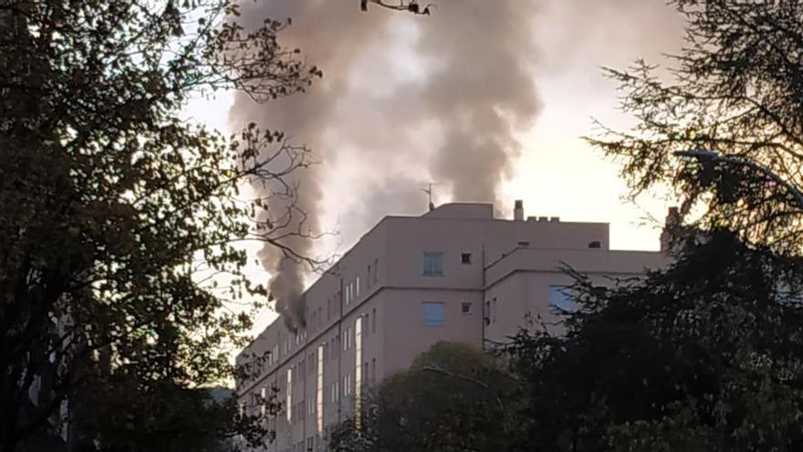 Dos ferits i 14 desallotjats per l'incendi d'un habitatge al centre de Girona
