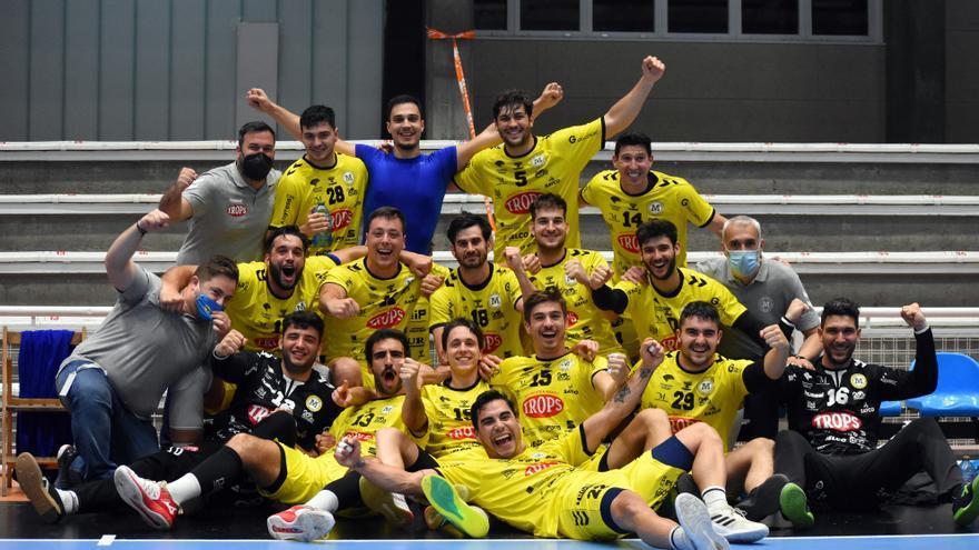 El Trops Málaga gana 23-25 en la pista del Teucro y continúa invicto