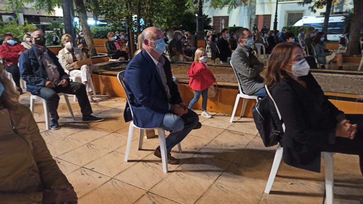 Alberto de Rosa, consejero delegado de Ribera Salud, entre el público asistente al acto de Torrevieja