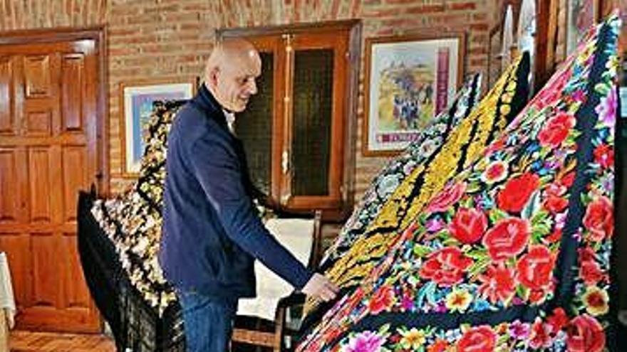 Una exposición de mantones de Manila y mantillas reviste Toro de tradición y elegancia