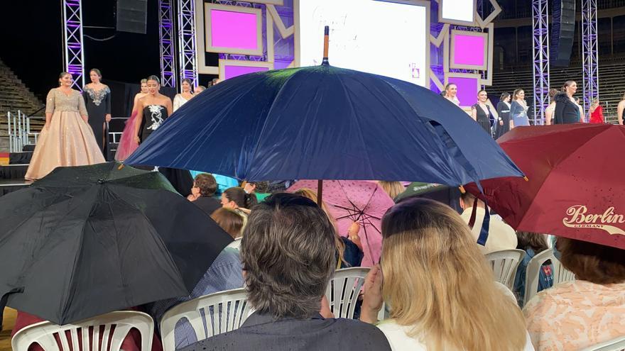 La lluvia empaña la gala de elección de las Bellea del Foc