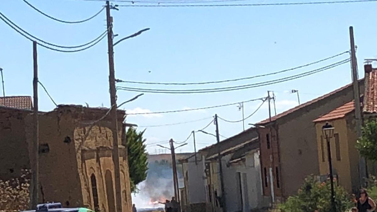 El incendio de Pobladura, visto desde la calle principal del pueblo.