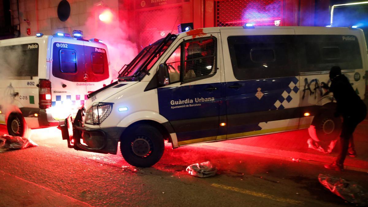 El furgón policial incendiado en las protestas.