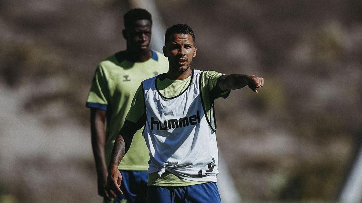 Jonathan Viera, junto a Omenuke Nfulu, durante un entrenamiento en Barranco Seco.