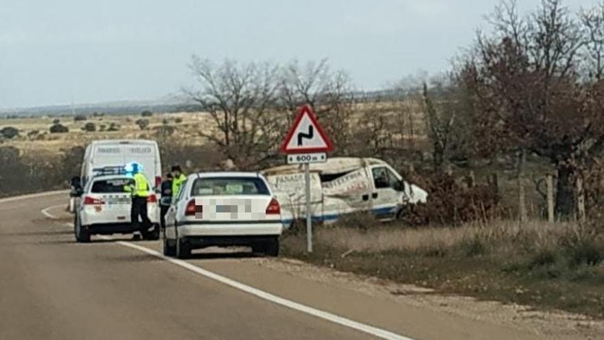 Una mujer herida leve al salirse de la carretera en Gáname