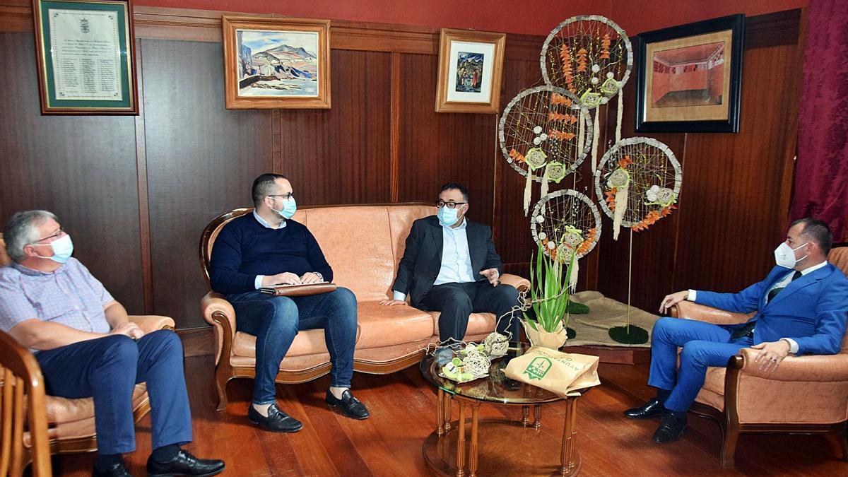 De izquierda a derecha Carlos Ruiz, Julio Mateo, Conrado Domínguez y Teodoro Sosa, en la primera visita oficial del director del SCS al Ayuntamiento de Gáldar