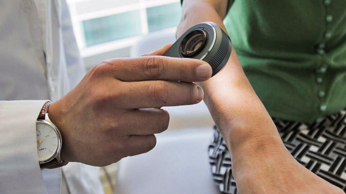 Un especialista observa la piel de un paciente con un dermatoscopio. |   // MATT YOUNG