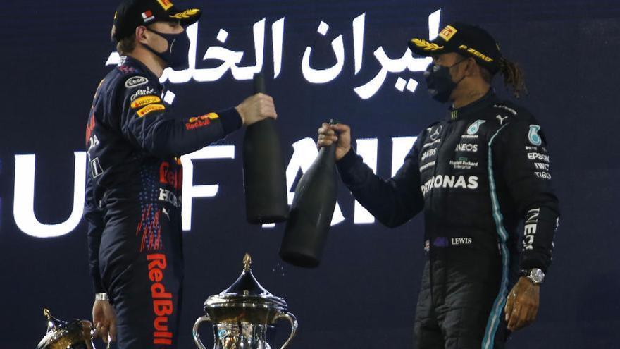 Hamilton bate a Verstappen y Alonso se retira en el GP de Bahréin