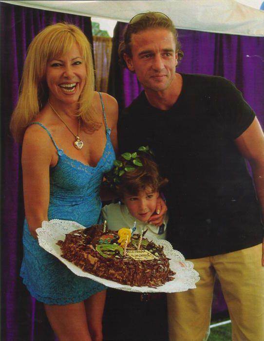 Álex con su madre y su padre, Ana Obregón y Alessandro Lequio.