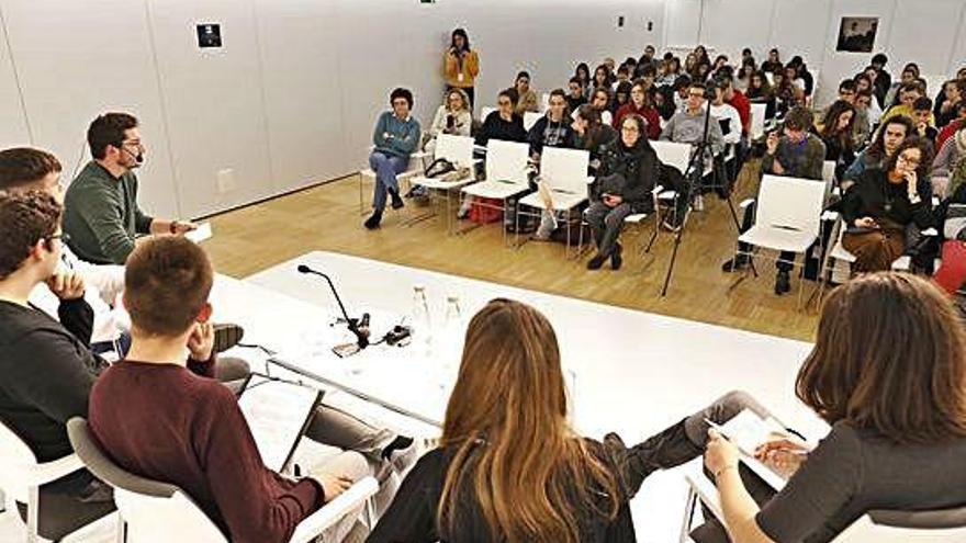 Debat d'alumnes en la represa del cicle de «master class» de filosofia