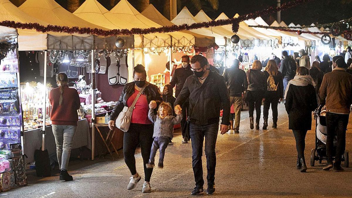 Ambiente en el mercado navideño del Port de Sagunt. | LEVANTE-EMV