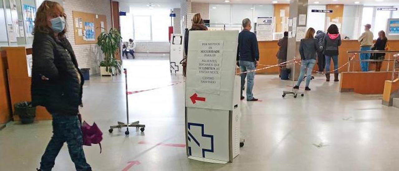 Personas esperando en el centro de salud de Coia, en Vigo.     // MARTA G. BREA