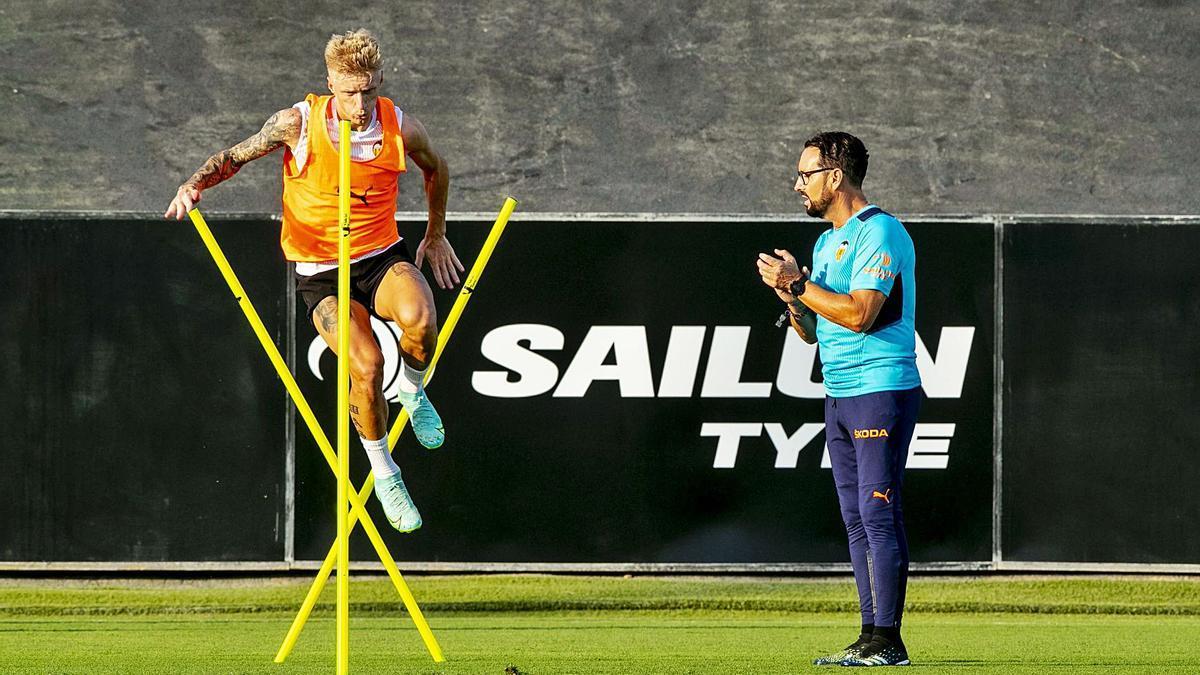 Wass completó el entrenamiento del lunes, pero alegó molestias ayer.   VALENCIA CF